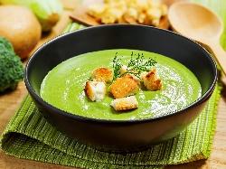 Крем супа от замразени броколи, синьо сирене, течна готварска сметана и крутони - снимка на рецептата